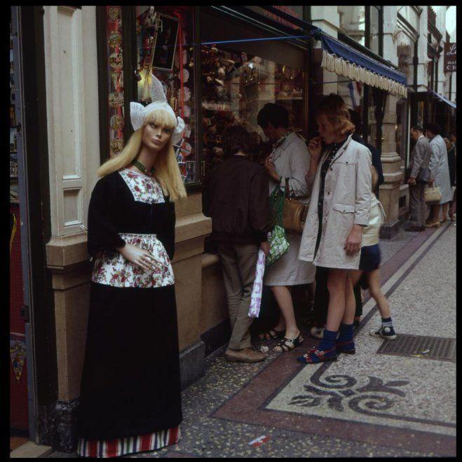 Passage 22, souvenir- en feestartikelenwinkel Amusa van A. Kroes; voor de winkel een pop in dracht. ca 1975 Stokvis #NoordHolland #Volendam