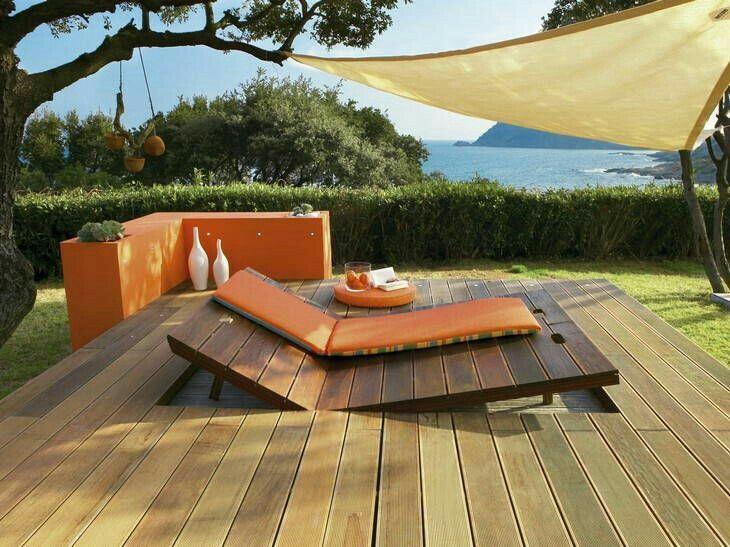Une terrasse bois avec des chaises longues incrustées ...