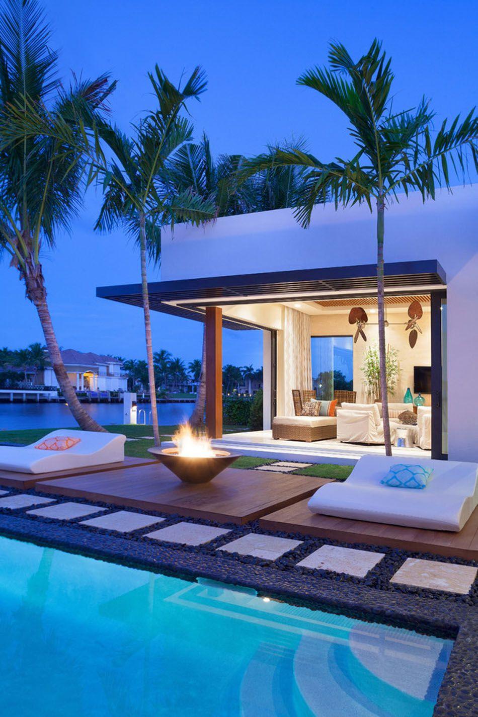 Une cheminée extérieure à côté d\'une piscine design outdoor | Haus ...