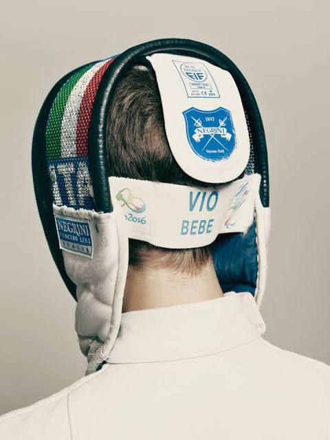 """Gli scatti che ritraggono Bebe Vio di Mattia Balsamini sono di una potenza inaudita: si ha quasi la sensazione che il suo viso esca dalla copertina di Wired. Ma non è solo la foto in copertina a """"raccontarla al meglio"""", lo è anche lo scatto in cui la ritrai di spalle con la visiera e il tricolore."""