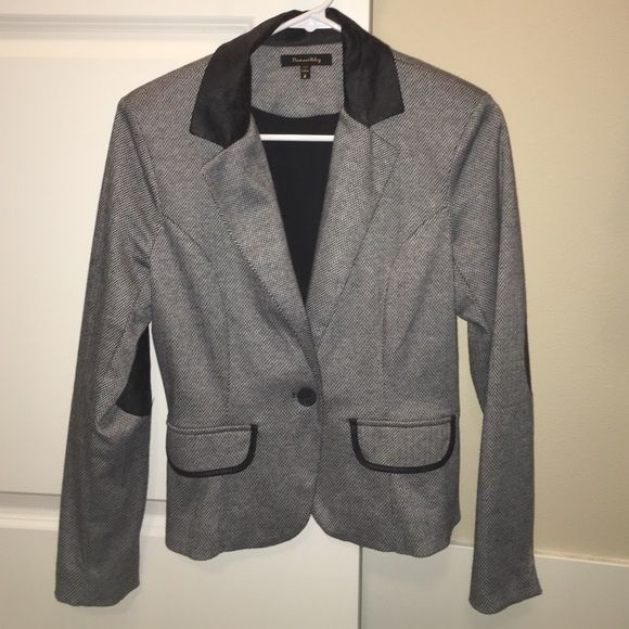 Patterned Blazer with elbow accents Really cute blazer, honestly worn most 5x. No flaws and is in very good condition. It has an accent on elbows, making it super sheek Max and Riley Jackets & Coats Blazers