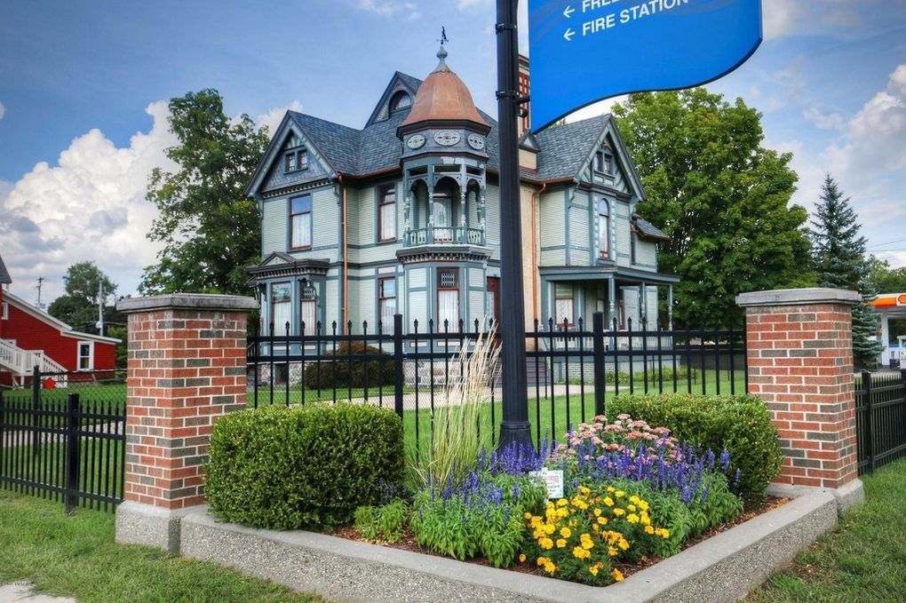 321 S Jefferson St Hastings Mi 49058 With Images Old House Dreams Hastings Michigan Victorian Homes