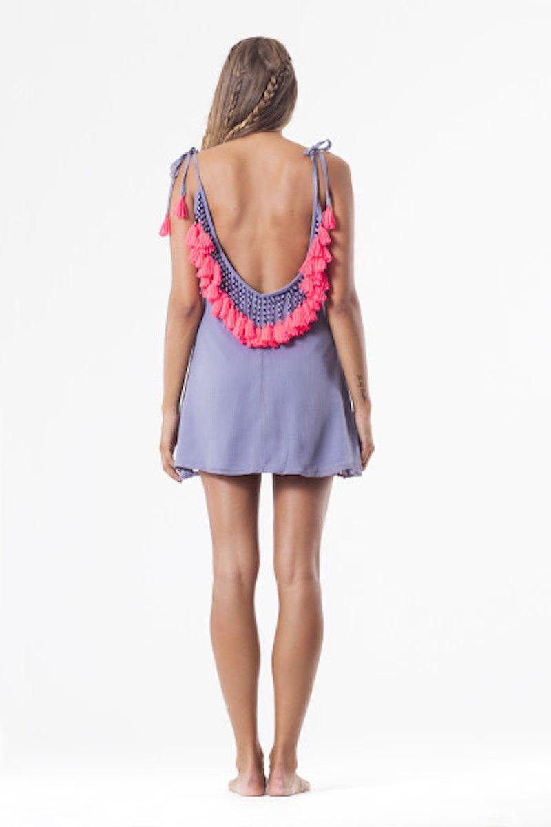 Vestido color lila con forro y caida Tirantes regulables Escote en la espalda con adornos de abalorios y pompones fluor