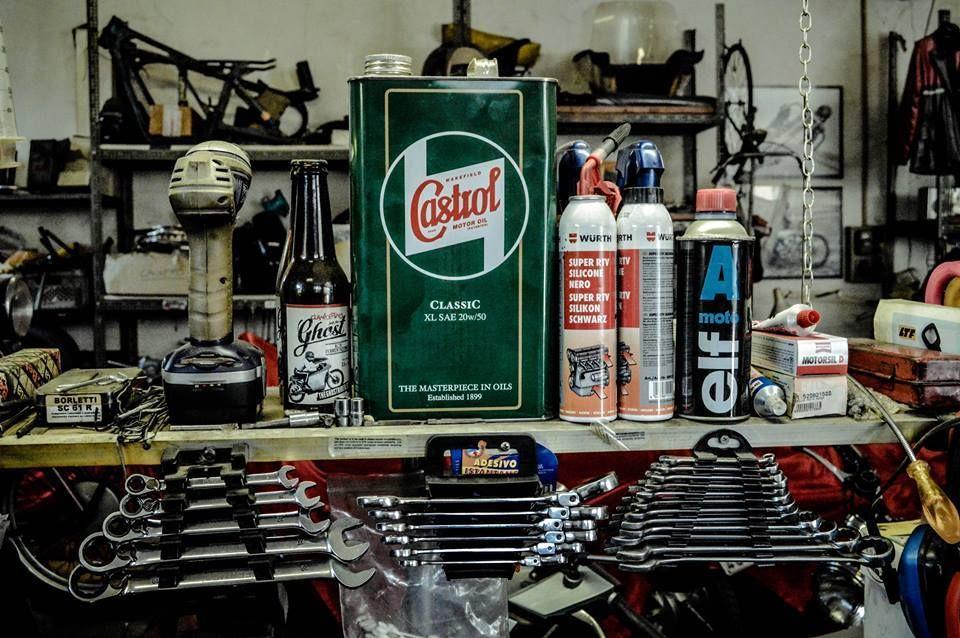 Old garage #oil #castrol #garage #caferacer #soiattimotoclassiche #classic #motorbike