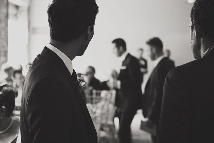 Vintage inspirierte stilvolle Hochzeit am ummauerten Garten Cowdray mit Braut im Kleid von San Patrick und Jimmy Choo-Schuhen und einer Paillettenjacke und einem Bräutigam von Malene Birger im Anzug der Marine von Topman mit übergroßen Blumenkronen für die Brautjungfern und Bilder von Hufeisenfotografie mit Hochzeitsfilm von MYFILM  #cowdray #garten #hochzeit #inspirierte #stilvolle #ummauerten #vintage #ummauertergarten