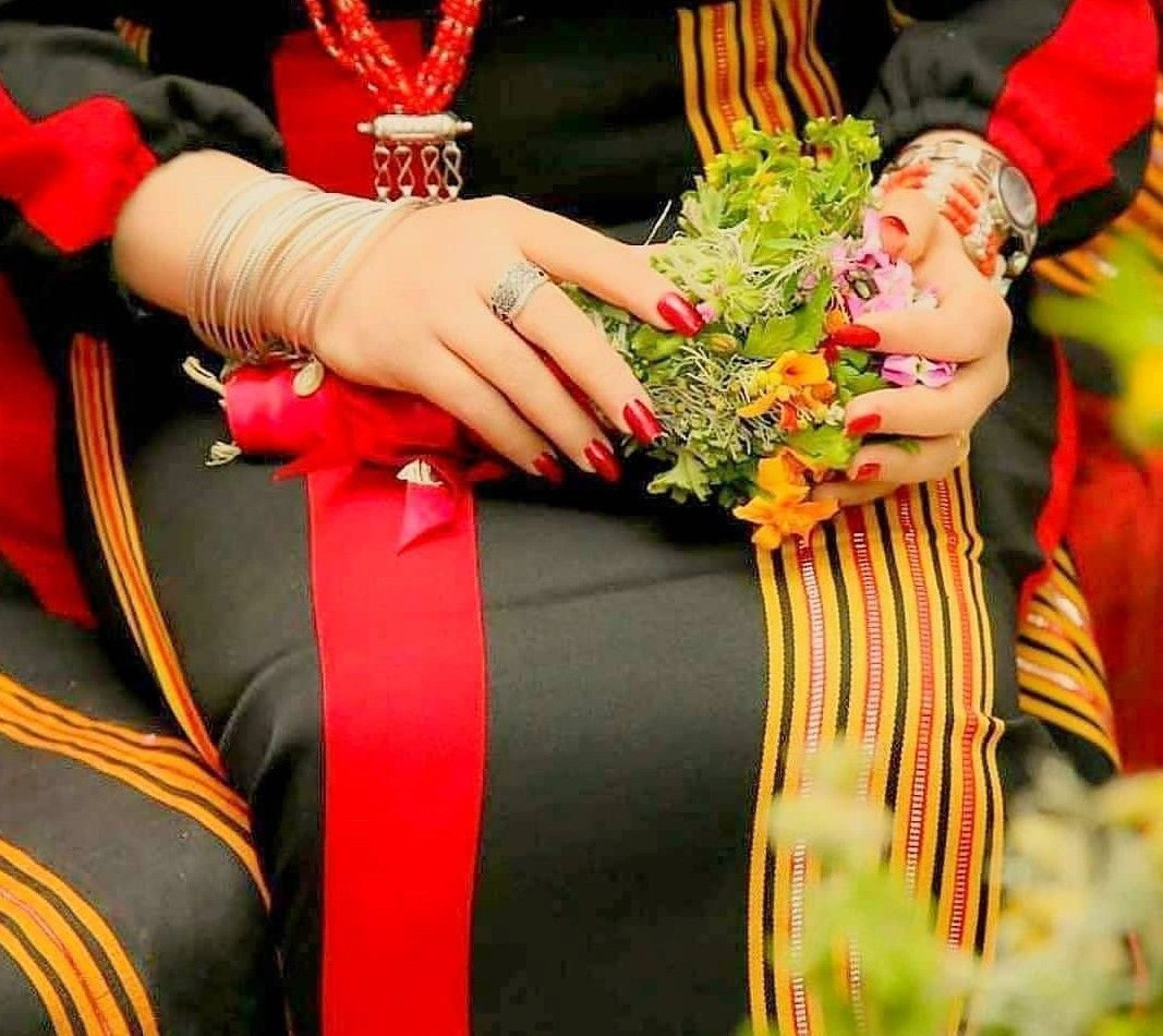 عروس يمنيه بلزي الصنعاني التراثي في ليله الحناء وهيا ممسكه بباقه الريحان Yemen Women Yemeni People Wedding