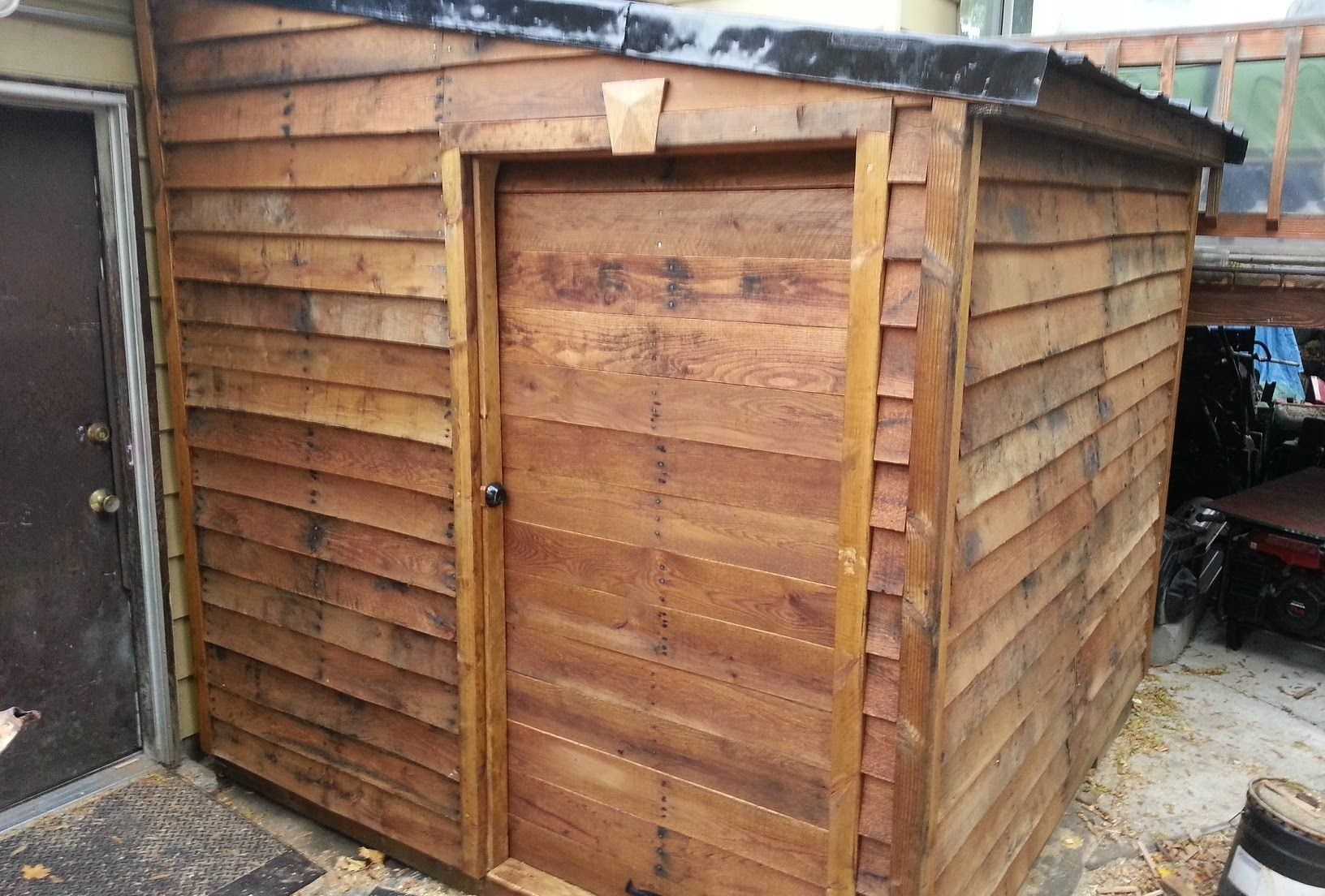 Finished Pallet Shed From Free Materials 6 Diy Pinterest
