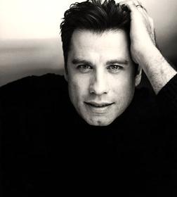 John Joseph Travolta (Englewood, Nueva Jersey, Estados Unidos, 18 de febrero de 1954) es un actor, cantante, bailarín y piloto aviador estadounidense, conocido por sus actuaciones en películas como Fiebre del sábado por la noche, Grease, Cowboy de ciudad, Los expertos, Mira quién habla, Pulp Fiction, Face/Off, The Punisher,