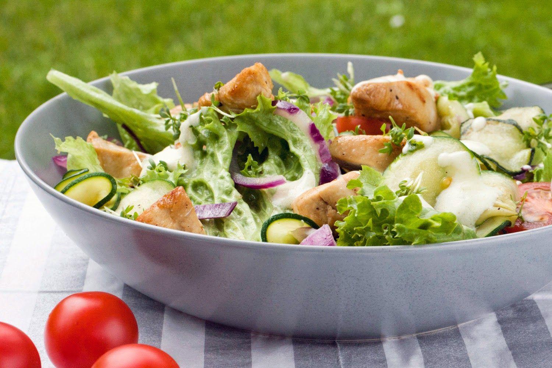 [Low Carb] Frühlingssalat mit Hähnchenstreifen, Zucchini und Kresse