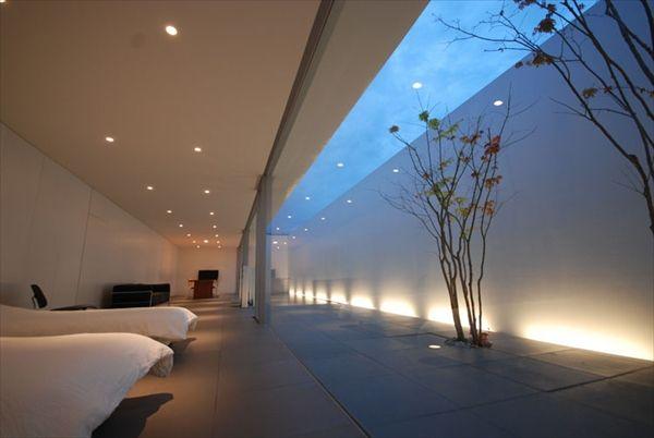 徹底的にミニマルデザインな個人住宅 The Arch Design モダン