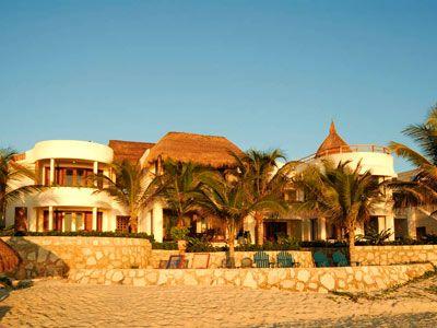 Amarte Maroma é um belo refúgio entre a selva e o mar. Este hotel oferece uma experiência única aos seus visitantes; seus restaurantes, seus quartos, a arte e o entretenimento se misturam para criar um lugar perfeito para seu descanso e relaxamento em um cenário natural. Desfrute as transparentes águas do Caribe Mexicano e admire a incomparável beleza da selva tropical no hotel Amarte Maroma, na Riviera Maya.