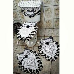 Jogo de Banheiro em Crochê corujas contem: Capa para tampa de sanitario 2 tapetes 70cm Capa para caixa acoplada