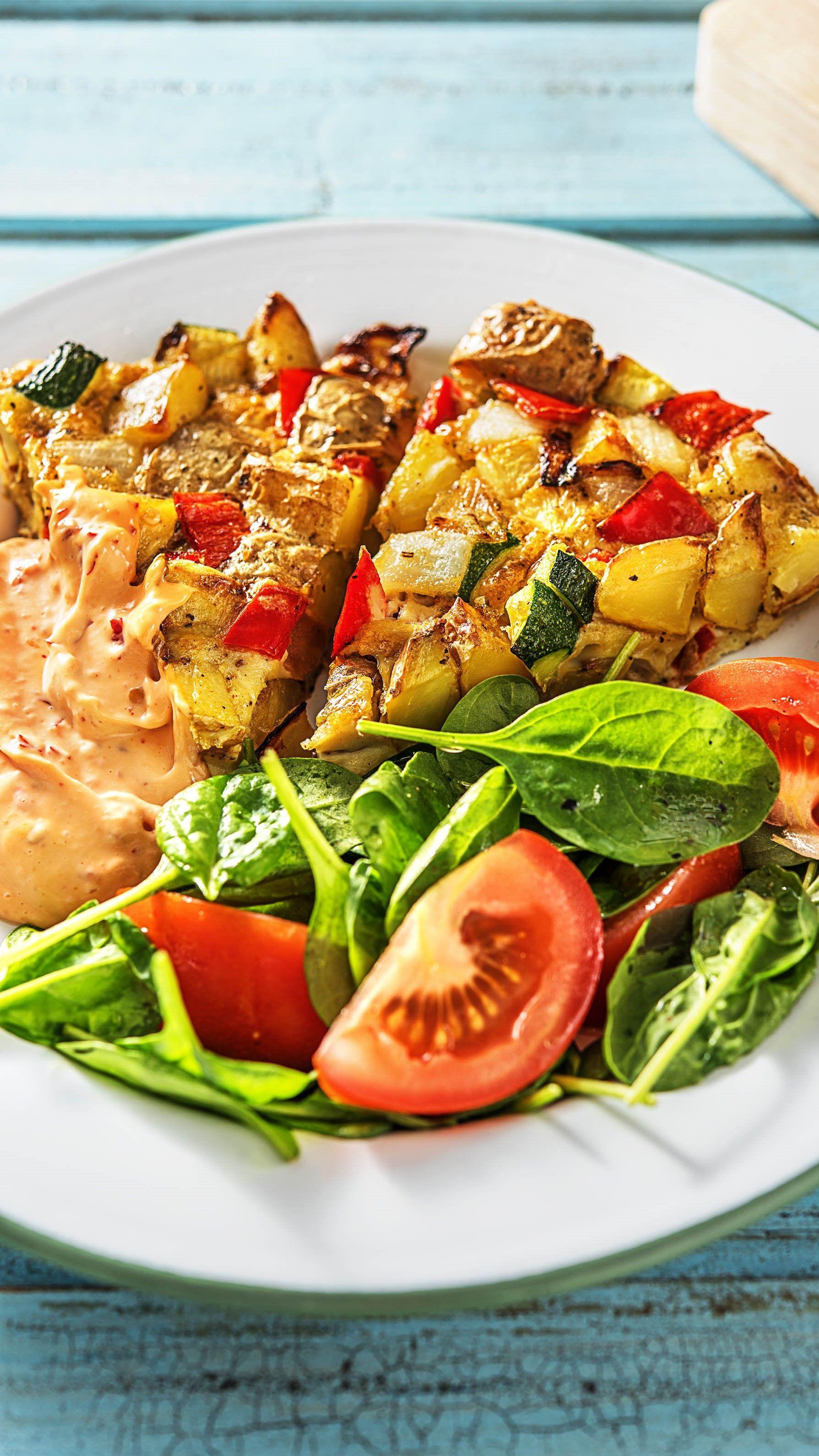Kartoffel Tortilla Mit Buntem Gemüse Scharfer Mayonnaise Und Spinat