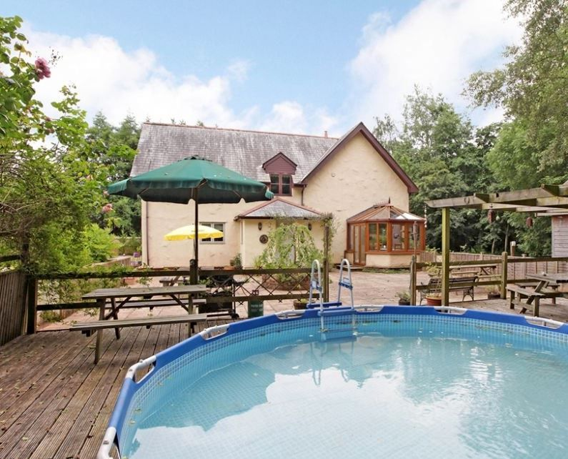 Farmhouse in somerset sleeps 12 and comes with a splash