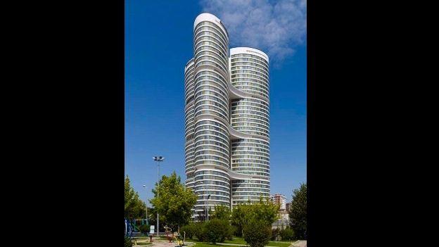 El Dumankaya IKON está compuesto por tres torres elípticas interconectadas unidas entre sí en los pisos 12, 22 y 32