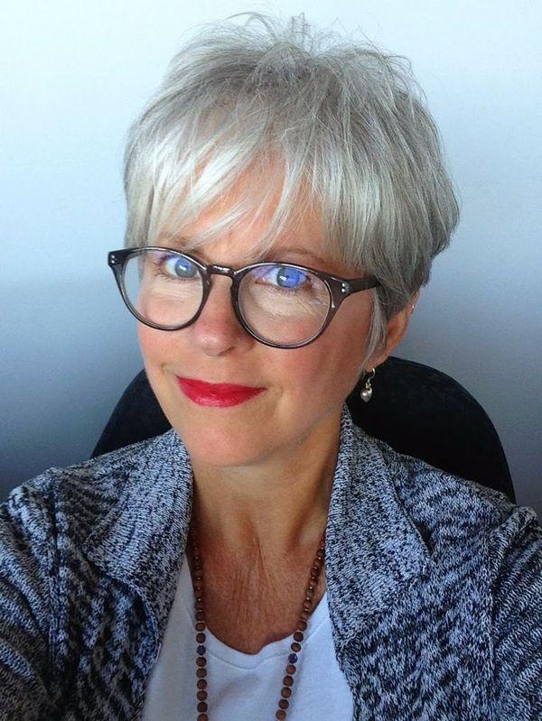 Weibliche Frisuren Fur 70 Jahrige Stilvoller Look Mit Brille 2 Pixie Haarschnitt Pixie Frisur Haarschnitt
