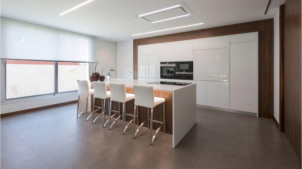 Een glanzende witte keuken met een strakke grijze tegel maakt het