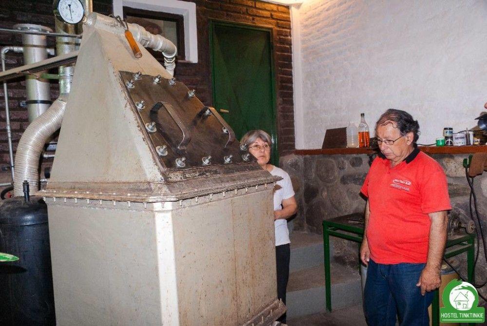 En la Meca se puede ver primero el procedimiento artesanal de la destilación para luego ver los variados productos terminados, como  perfumes.