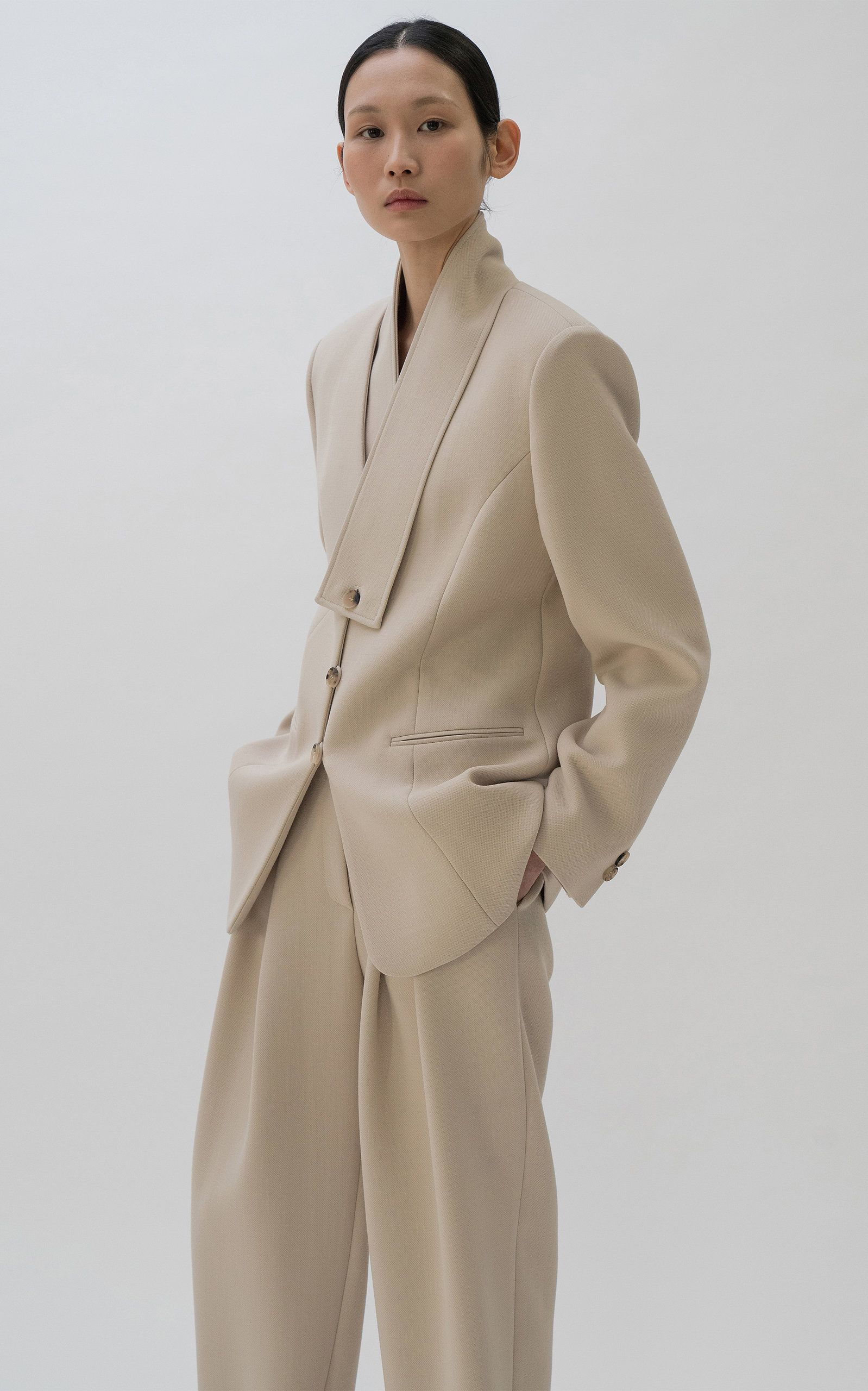 Le17 Septembre's selection of neutral pieces in structural silhouettes are the perfect building blocks of a minimalist wardrobe. Expertly tailored from mid-weight cady, this blazer is designed with a wrapped lapel and tortoiseshell button fastenings. Wear yours with the collection's matching trousers for a complete set.