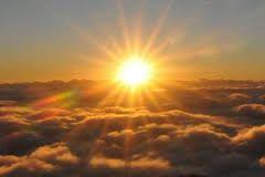 """28 - Al momento central del espectáculo lo llaman el """"rayo blanco"""", se inicia cuando la luz del día atraviesa la atmósfera húmeda del Manu y, cual si se tratara de un prisma o calidoscopio, causa el efecto de ver tres soles, uno de los cuales salta como una colosal pelota, de un lado al otro."""