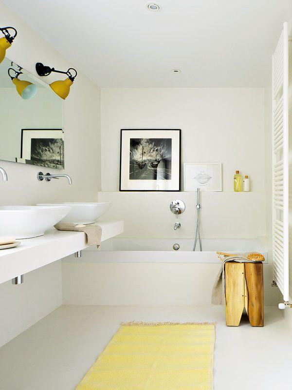 Un luminoso cuarto de baño en blanco y amarillo   Cuarto ...
