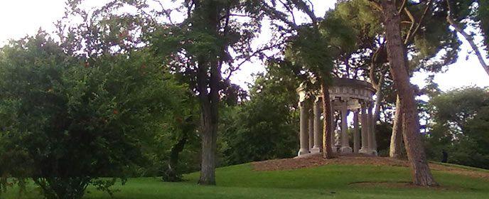 Parque del Capricho | Construido por orden de la duquesa de Osuna entre 1787 y 1839, es considerado uno de los parques románticos más bellos de la ciudad. Destacan la plaza de el Capricho, el palacio, el estanque, la plaza de los emperadores, o la fuente de los delfines y de las ranas, el laberinto de arbustos, los edificios, como el palacete, la pequeña ermita, o el hermoso salón de baile, además de los riachuelos que lo recorren y estanques, donde se pueden encontrar cisnes y patos.