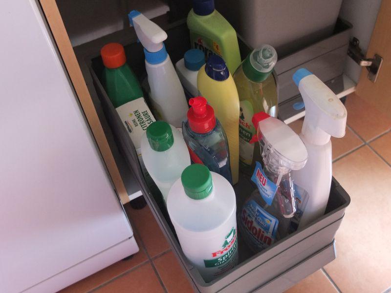 Putzmittel kindersicher und praktisch lagern unter der Spühle in - ordnung im küchenschrank