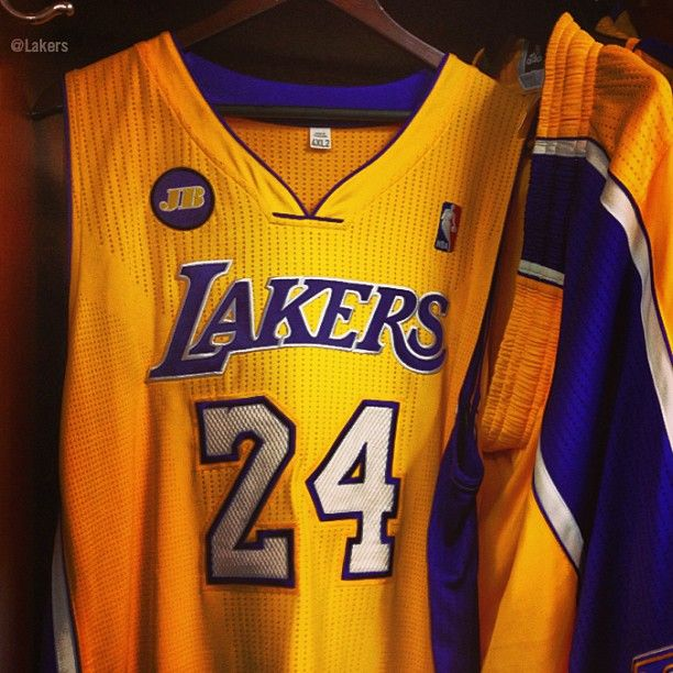 Los Angeles Lakers Kobe Bryant S Jersey With A Patch To Commemorate Jerry Buss Los Angeles Lakers Lakers Kobe Bryant La Lakers