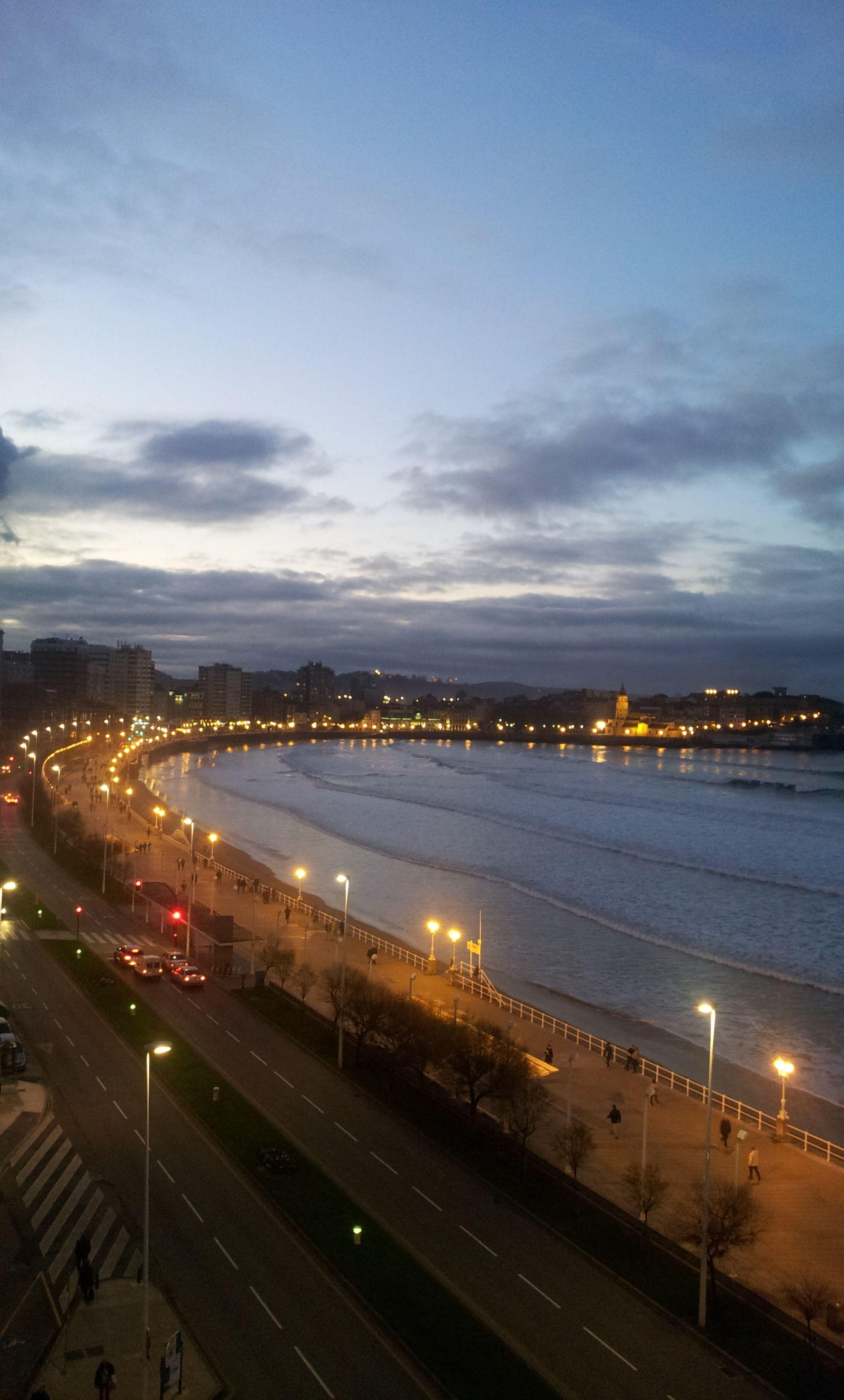Calle, mar y cielo.