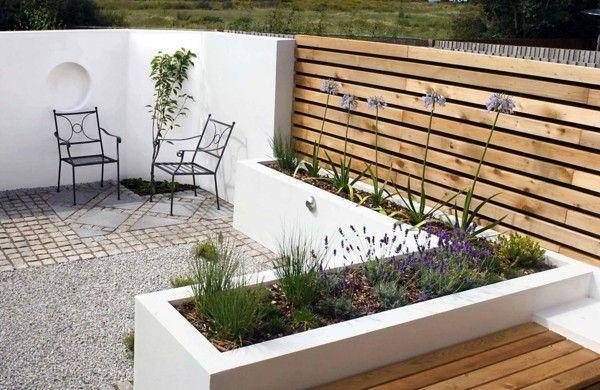 Gartenbank Holz Design Weisse Gartenmauer Pflanzen Design