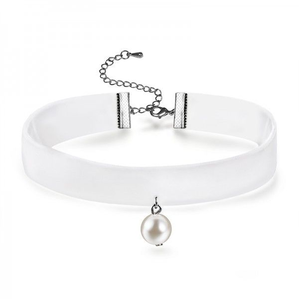 White Velvet Pearl Choker Necklaces EverMarker (81 SEK) ❤ liked on Polyvore featuring jewelry, necklaces, velvet necklace, pearl jewelry, white jewelry, velvet jewelry and white necklace