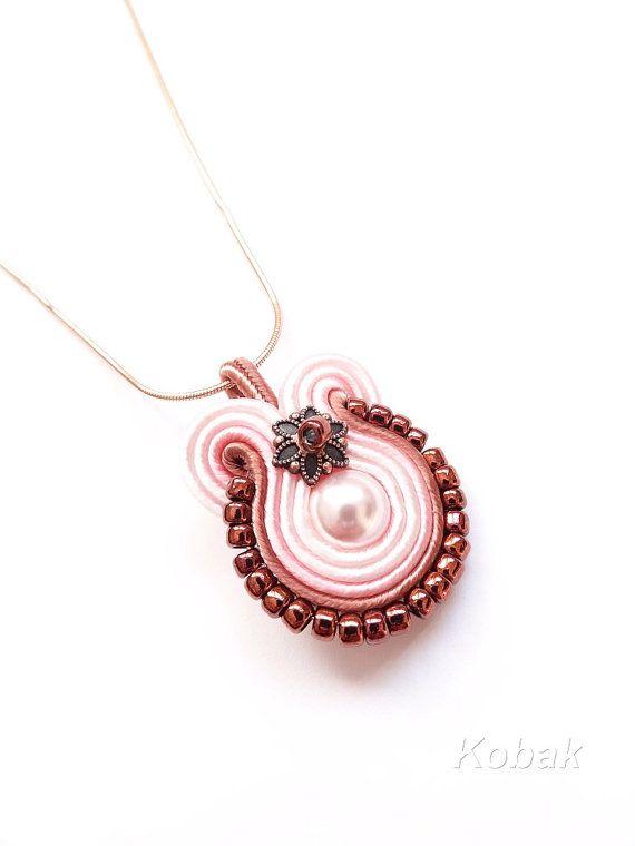 9a97ebd25b5e Soutache rosa colgante soutache colgante, pequeña perla de Swarovski ...