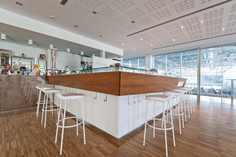 Caffetteria aquaniene a roma grande bancone bar con sgabelli e