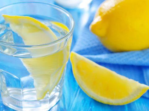 Picie letniej wody z cytryną rano na czczo od dawna uchodzi za doskonały środek odchudzający. To mit, ale obok regularnych ćwiczeń fizycznych, zmiany diety i innych metod napój ten poleca także wielu ...