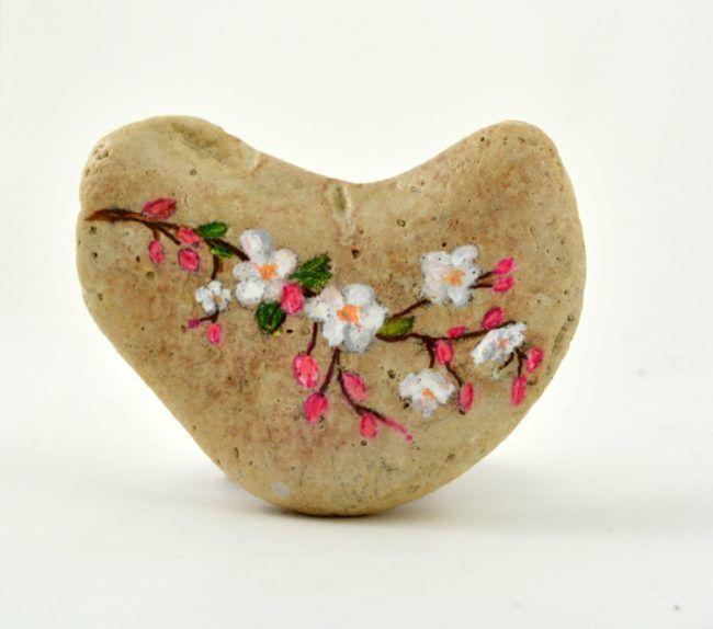 bemalen steine naturmaterialien bastelidee zweig blueten kirsche #steinebemalenvorlagen