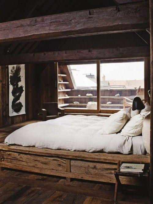 Schon Rustikales Schlafzimmer. Bett Direkt Vor Dem Fenster. Minimalistisch. Holz.  U003eu003e Bedroom