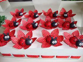 Mini cupcake recheado com ganache e decorado com pasta americana modelada      Bombons na trouxinha de tecido      Cupcakes grandes com d...