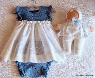 Vestido con el peto tejido y la falda de tela, en azul y blanco