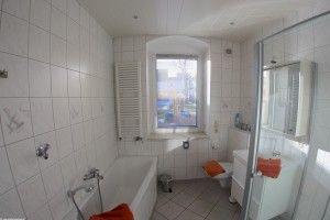 Bad mit Badewanne und separater Dusche