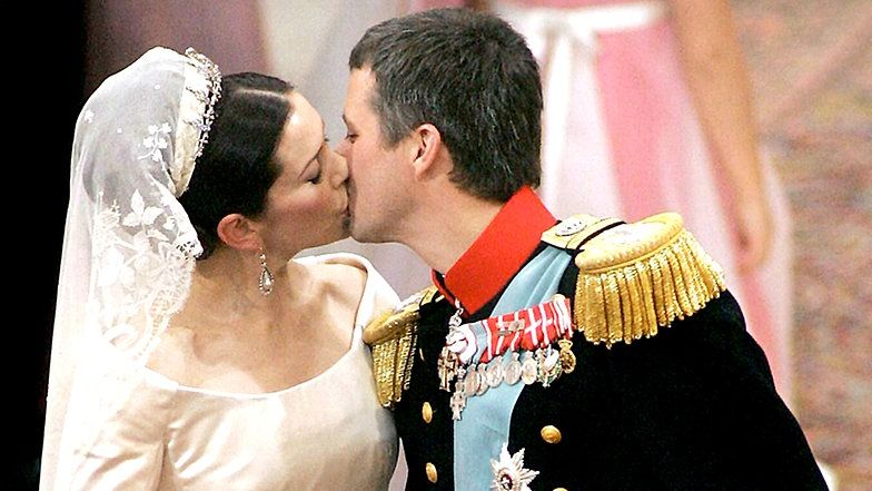 14. Mai 2004: Kronprinz Frederik und Prinzessin Mary geben sich den Hochzeitskuss © Picture-Alliance /dpa / ANP / Benelux Press