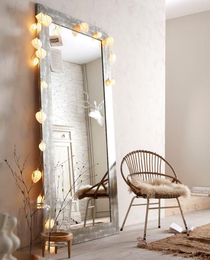 ¡Sal de la norma! Apoya un espejo en el suelo y aportarás una dosis de dinamismo creativo.
