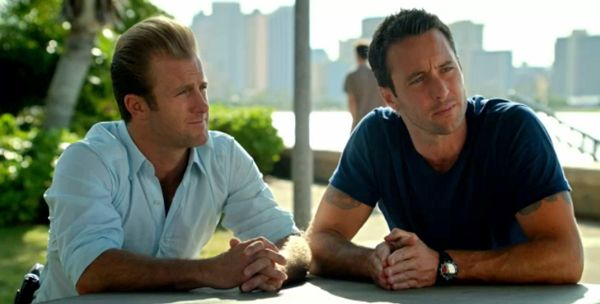 Danno and McGarrett interview a witness at Kakaako Waterfront Park during this week's episode. (Courtesy CBS) #H50 #Five0Redux http://www.honolulupulse.com/2011/11/five-0-redux-identifying-the-commonplace-face/