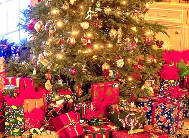 Before Wrapping Always Line The Inside Of The Paper With Ribbon Here S Why Christmas Tree With Presents Christmas Wallpaper Beautiful Christmas