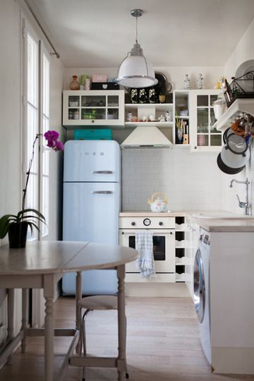 didn't think of putting a washing machine in the kitchen.. it might work.. and look at that fridge!! classic!!