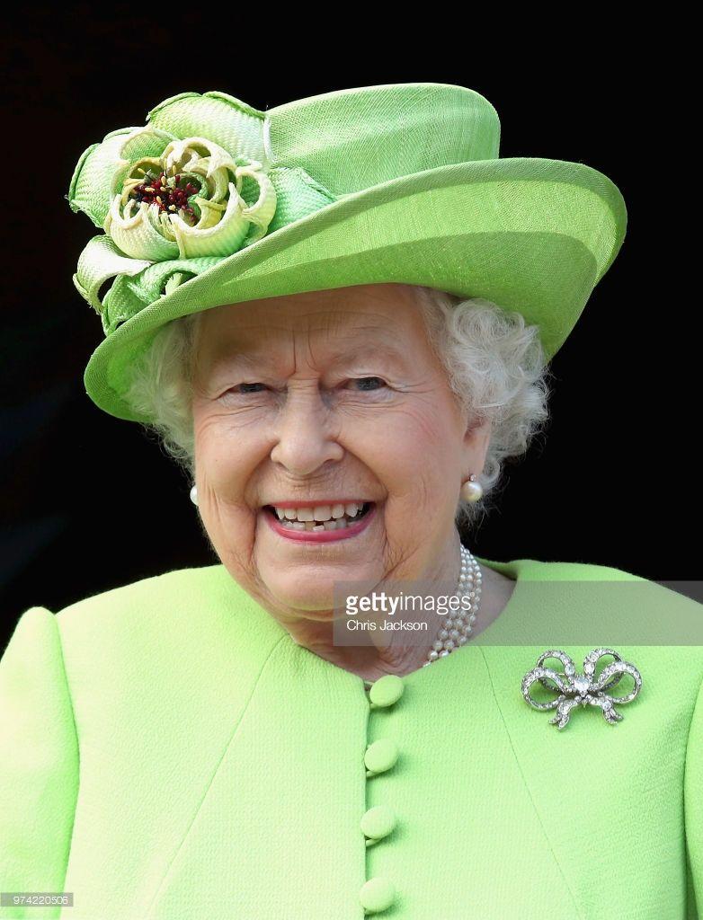 Queen Elizabeth Ii And Meghan Duchess Of Sussex Visit Chester Town Hall On June 14 2018 In Chester Englan Queen Outfit Queen Elizabeth Her Majesty The Queen [ 1024 x 782 Pixel ]