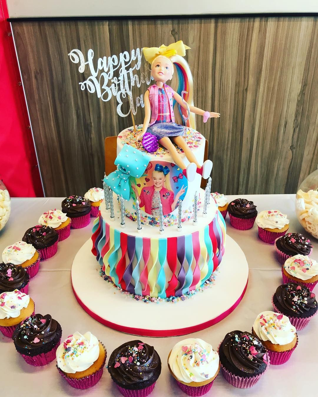 b24674fd213 Jojo Siwa birthday party ideas. Jojo Siwa cake and cupcakes.
