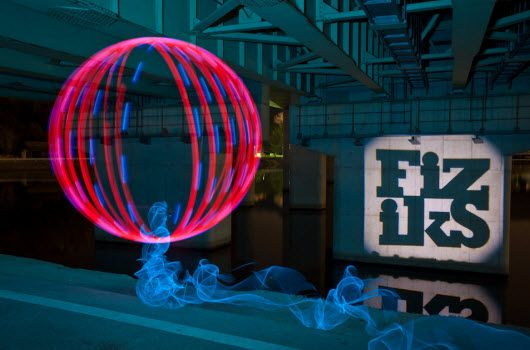 Intervenciones urbanas con iluminación LED en Japón. Con luces LED y linternas de xenón el artista Trevor Williams y el grupo Fiz-iks, recrea colores, formas y momentos alucinantes. http://www.iluminacion.net/noticias/intervenciones_urbanas_con_iluminacion_led_en_japon.asp?ID_Articulo=226 #arte #led #arteurbano