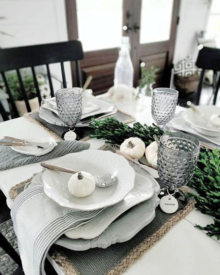 Elegant gedeckter Tisch ganz in weiß. Herbst Winter Thema