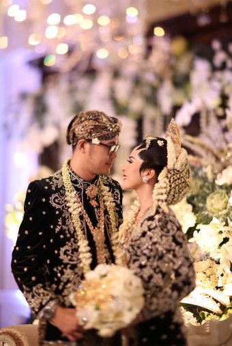 A Grand Javanese Wedding With A Butterfly Garden Theme Bridestory Blog Pernikahan Foto Perkawinan Pernikahan Tradisional