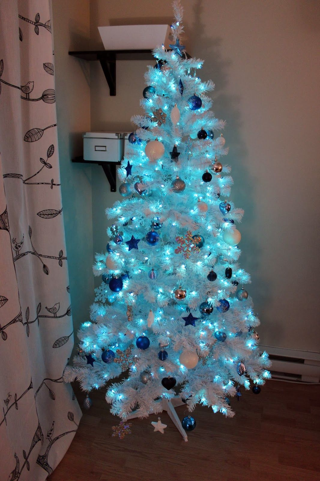 White christmas tree with blue and silver decorations - 34 Blue Christmas Tree Decorations Ideas